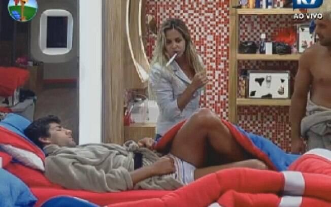 Diego fala dormindo e Robertha tenta puxar papo