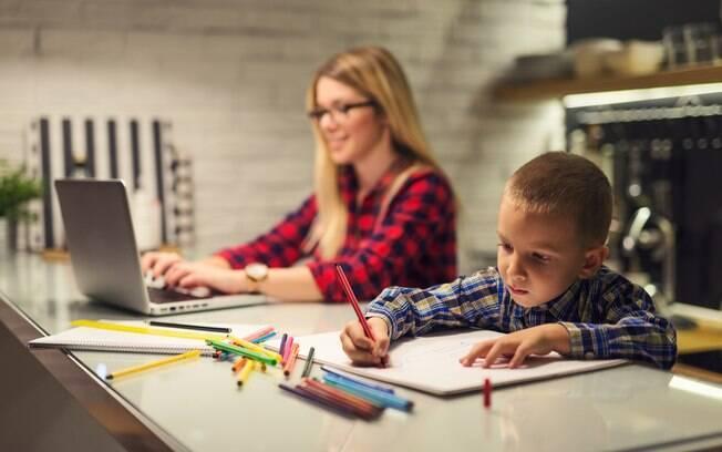 Para conciliar maternidade e trabalho, baby planner sugere envolver as crianças no processo da realização das atividades