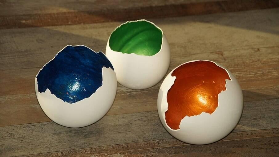 Colorir ovos pode ser uma atividade divertida para se fazer com as crianças
