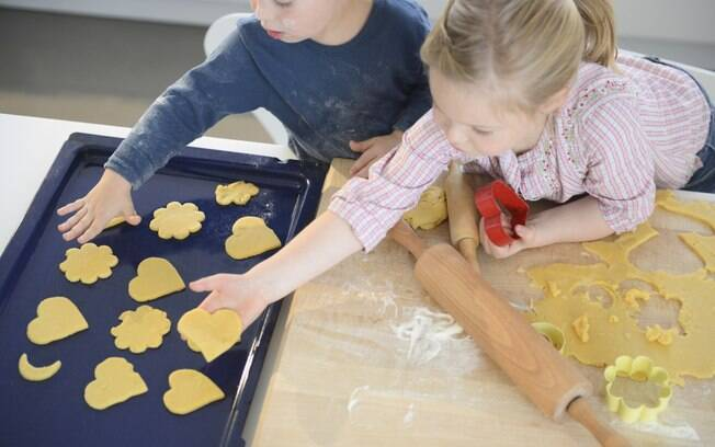 Troque salgadinhos e biscoitos industrializados por versões feitas em casa e incentive seus filhos a participarem da preparação destes alimentos