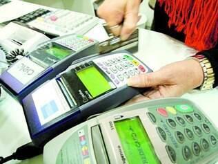 Cautela. Com juros do cartão de crédito mais altos, comércio vende menos e inadimplência dispara
