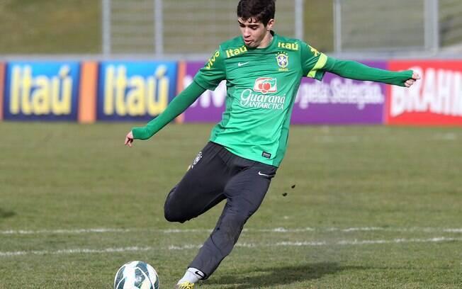Oscar treina cobrança de pênalti em treino da  seleção em Genebra