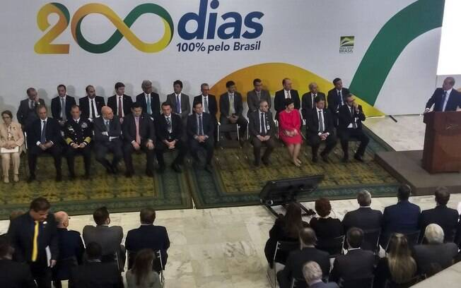 Bolsonaro brincou com gravata rosa de Davi Alcolumbre em cerimônia dos 200 dias de governo
