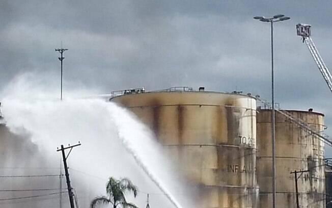 Combate às chamas chegou a seu sétimo dia nesta quarta-feira (8), no Porto de Santos