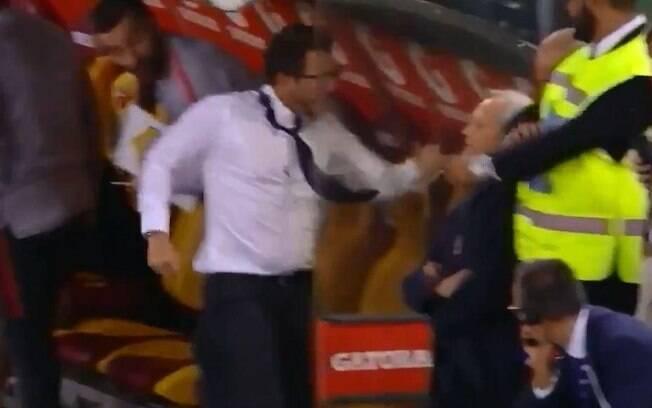 O treinador deu um soco no banco de reservas na comemoração do gol de empate