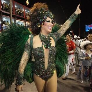 Claudia Raia é a Rainha da Beija-Flor e desfila puxando a escola toda