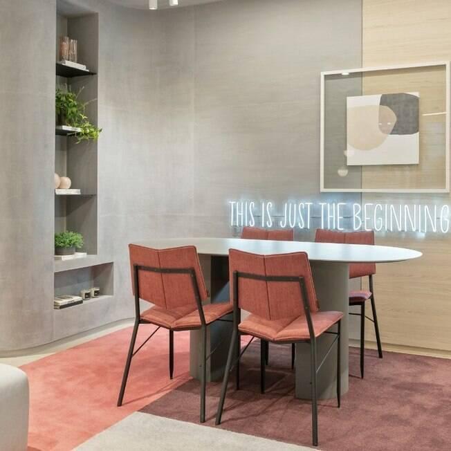 Setorização do ambiente com cores no tapete  blocos cromáticos na parede e forro  letreiro em neon.
