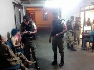 Quatro artistas são presos no centro da capital com material para performasse artística