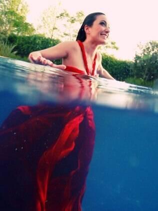 Tainá Galvão na piscina da casa de seu pai