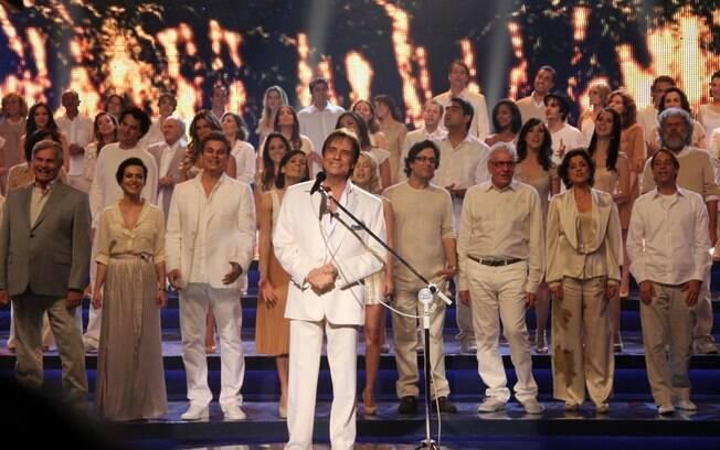 Roberto Carlos grava com elenco da Globo