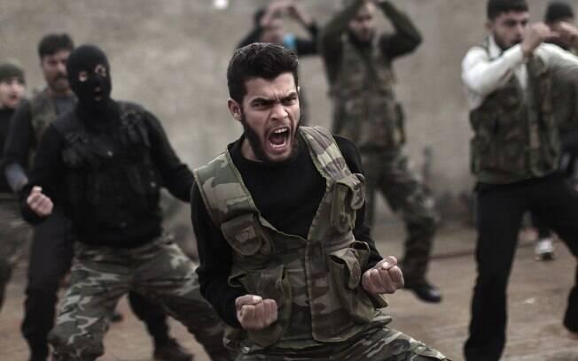 Rebeldes sírios assistem a uma sessão de treinamento em Maaret Ikhwan perto de Idlib, Síria (Arquivo)