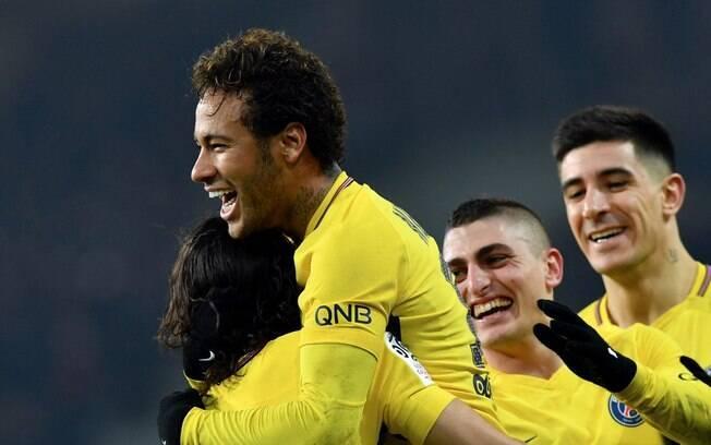 Neymar comemora seu 350º na carreira com seus companheiros de PSG, incluindo Cavani