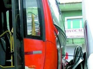Carro ficou completamente esmagado entre dois ônibus em SP