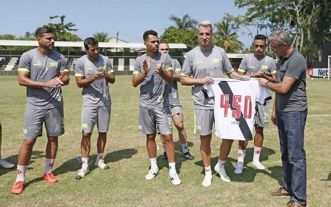 Maxi López foi homenageado durante treino do Vasco