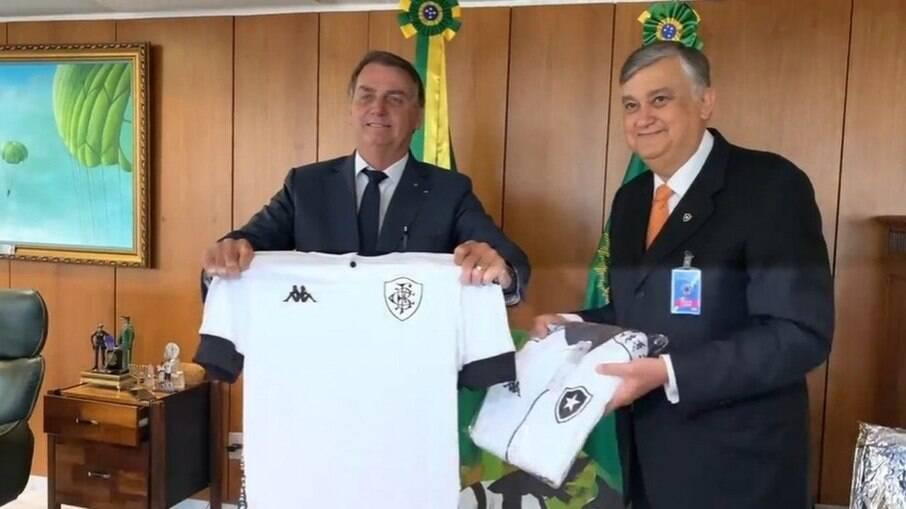 Durcesio Mello presenteia Bolsonaro e agradece 'apoio incondicional' por clube-empresa