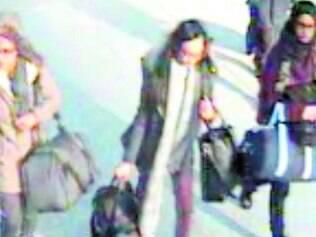 Noivas da Jihad. Câmeras mostram as três adolescentes no aeroporto de Gatwick, sul de Londres, no dia 17 de fevereiro, quando teriam deixado suas casas para encontrar uma amiga que foi para a Síria em 2013