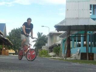 Pedalando em Tuvalu, que recebe 1.200 turistas por ano