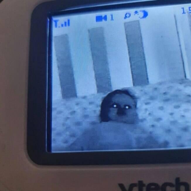Imagem de bebê com olhos brilhando na babá eletrônica