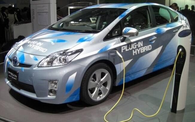 Nos automóveis híbridos plug-in, a bateria é carregada por meio de uma tomada