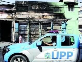 Contêiner de UPP incendiado nas favelas do Lins de Vasconcelos