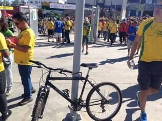 A bicicleta ficou lacrada em um poste de informação no meio da esplanada norte do Mineirão