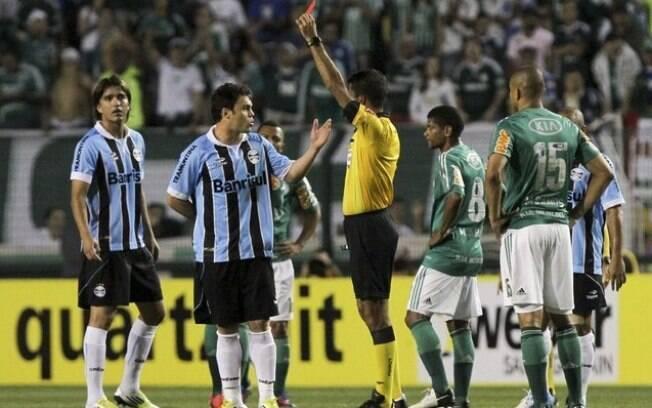 Após sair do Palmeiras em 2011, o atacante  Kleber foi para o Grêmio e visitou o clube  paulista em setembro de 2012. Recebeu cartão  vermelho