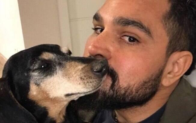 Cantor Luciano adota cão supostamente sem dono, mas ele só estava perdido