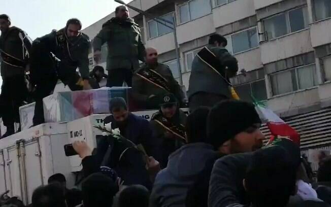 Milhares de pessoas acompanham o cortejo fúnebre do general Soleimani