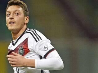 Ozil sente dores no joelho esquerdo e pode ficar de fora dos compromissos da seleção da Alemanha