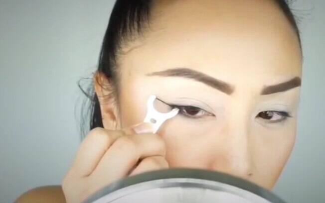 Segredo para fazer o olho gatinho usando um fio dental é manter o produto preso em um apoio, conhecido como facilitador
