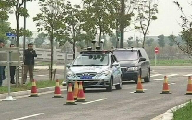 Carros sem motorista participam de competição na China
