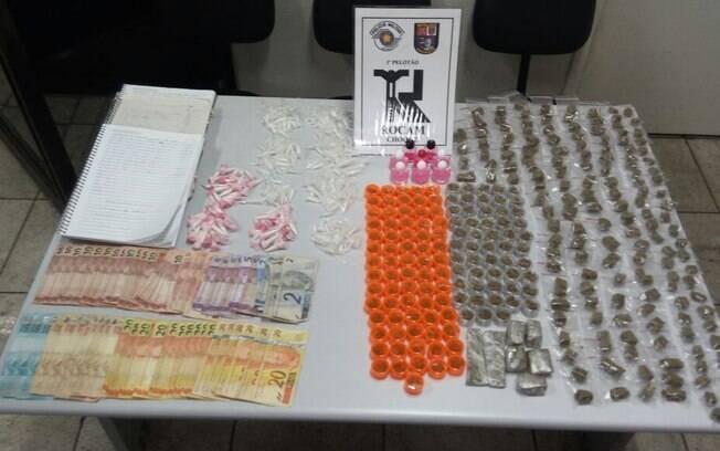 Na primeira ocorrência, ROCAM apreendeu porções de maconha, skank e cocaína, além de R$ 1.250 em espécie