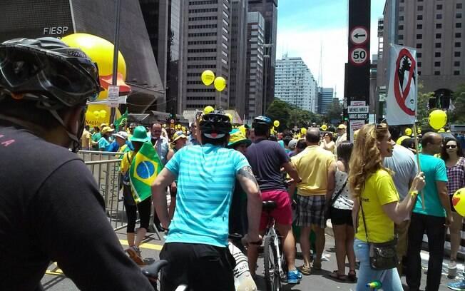 Caminhões de som e manifestantes atrapalham circulação de ciclistas na Avenida Paulista. Foto: David Shalom/iG São Paulo - 13.12.15