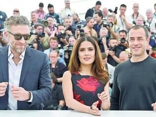 Equipe. Vincent Cassel, Salma Hayek e Matteo Garrone (da esquerda para a direita), em Cannes