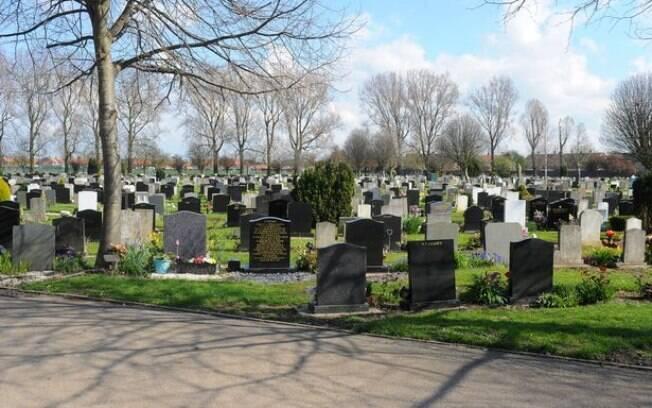 Caley alegou  além de ver jovens fazendo sexo no cemitério, identificou roubo na lápide de seu falecido esposo após visita
