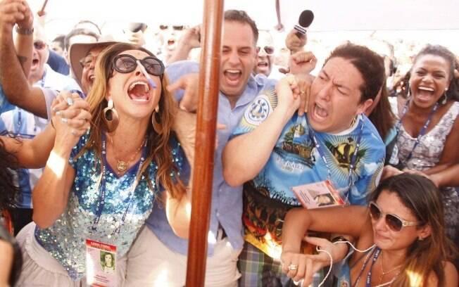Wilsinho (à direita) comemora com Sabrina Sato e a mulher, Gabriela, o título do Carnaval de 2013 da Vila Isabel