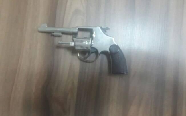 Uma das armas usadas pelos criminosos e apreendida pelos PMs da ROTA