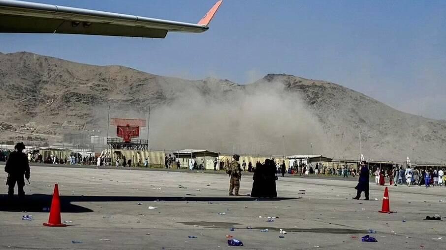 Explosões atingiram arredores do aeroporto de Cabul na manhã desta quinta-feira (26)