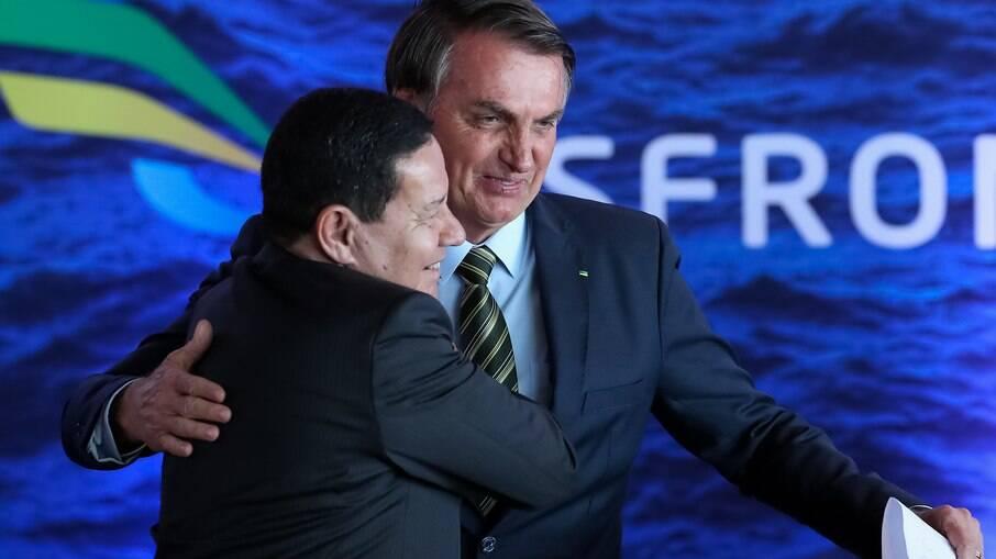 Hamilton Mourão, vice-presidente do Brasil, abraçando o presidente Jair Bolsonaro