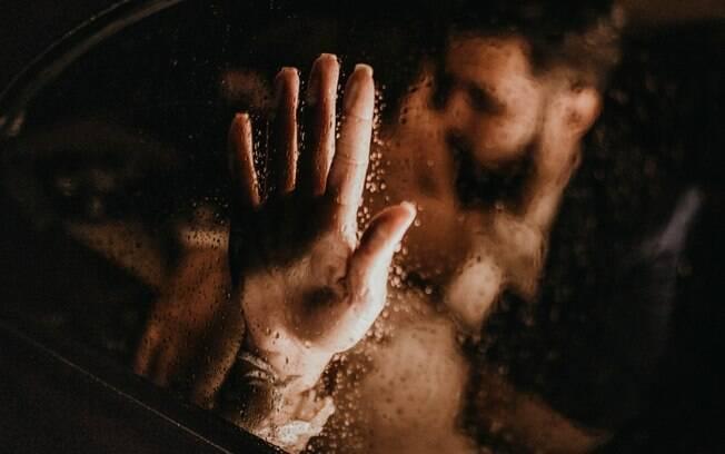 Mulher é suspeita de encomendar a morte do companheiro ao amante.