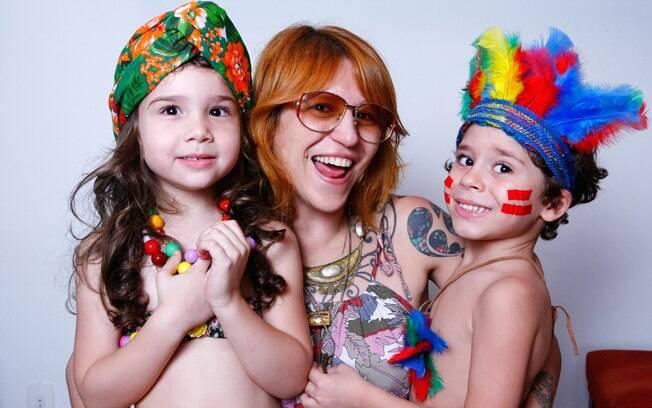 A stylist Drica e os filhos, Sofia e Caio, fantasiados de baiana e índio
