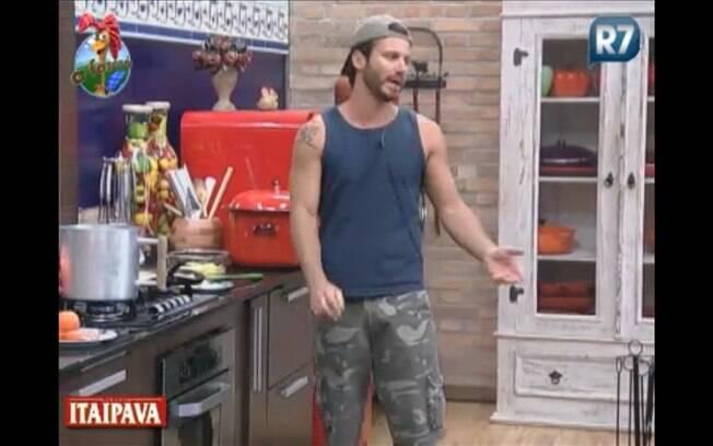 Enquanto prepara seu café da manhã, Marlon orienta Thiago