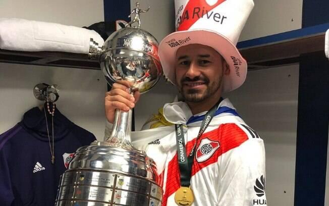 O atacante Rodrigo Mora com o troféu de campeão da Libertadores 2018 com o River Plate