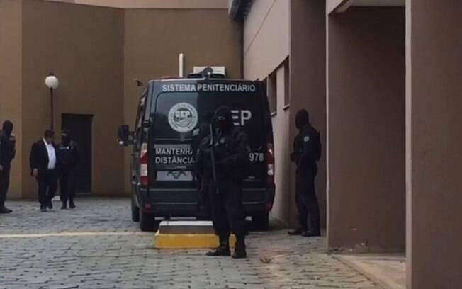 João de Deus chegou à sede do Ministério Público de Goiás com escolta feita por viaturas do sistema penitenciário e homens fortemente armados