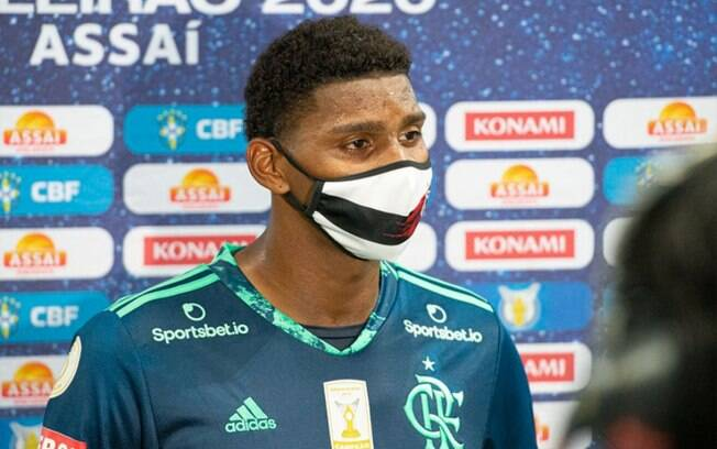 Mãe de Hugo relembra emoção do filho em estreia no Flamengo: 'Passou um filme na minha cabeça'