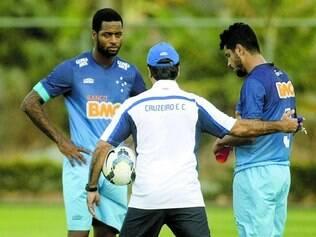 Entrosamento. Jogadas de bola parada com os zagueiros são uma grande arma do Cruzeiro, treinadas e ensaiadas por Marcelo Oliveira