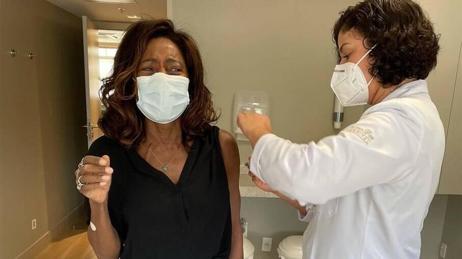 Gloria Maria recebe segunda dose da vacina contra Covid-19