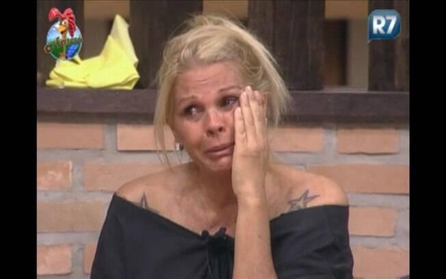 Monique não segura as lágrimas na sede