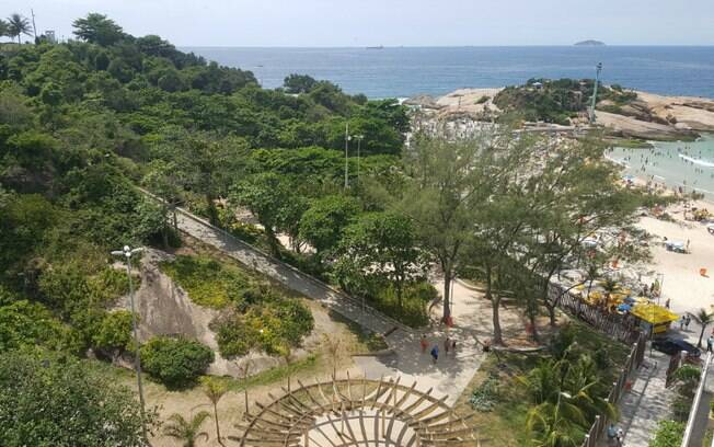 O Parque Garota de Ipanema fica em frente à praia do Arpoador e tem uma vista linda da cidade