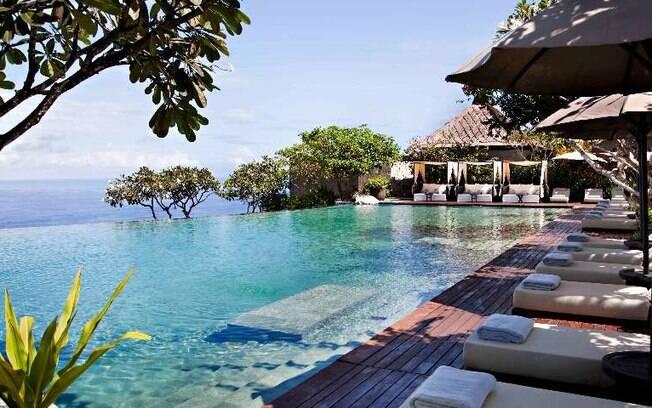 Entre os hotéis de luxo, a vista da piscina deste estabelecimento na Indonésia  promete cativar a todos os hóspedes